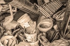Duży bałagan w nadmiernym faszerującym podmiejskim garażu zdjęcie stock