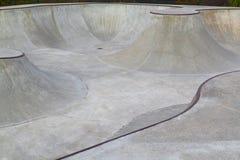 Duży betonowy skatepark dla jeździć na deskorolce zdjęcie royalty free