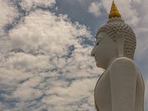Duży biały Buddha na niebieskim niebie z obłocznym tłem w Thaila obraz stock