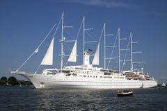 Duży biały Cruisship Wiatrowa kipiel Obraz Royalty Free