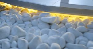 Duży bielu kamień kłaść na stosie mały round okręgu kształta otoczak w zdroju zdjęcie wideo