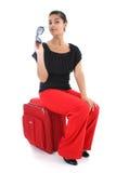 duży bizneswomanu czerwona siedząca walizka Zdjęcia Stock