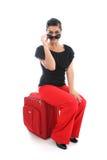 duży bizneswomanu siedząca walizka Zdjęcia Stock