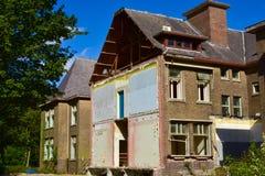 Duży blok domy stronniczo wyburzający przed odświeżaniem Zdjęcia Stock