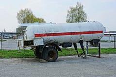 Duży brudny szary benzynowy zbiornik na koło stojakach na asfalcie obrazy royalty free