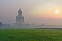 Duży Buddha przy Wata Muang świątynią z mgłą Obrazy Stock