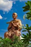 Duży Buddha wizerunek przez zielonego ulistnienia fotografia stock