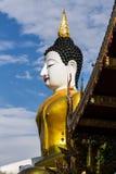 Duży Buddha wizerunek przy złotym trójbokiem Zdjęcie Royalty Free
