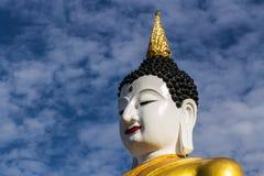 Duży Buddha wizerunek przy złotym trójbokiem Obrazy Stock