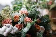 Duży bukiet świezi kwiaty, brzoskwinia goździk i białe róże w łozinowym koszu na drewnianym stole, domowy wystrój, rocznik Fotografia Royalty Free