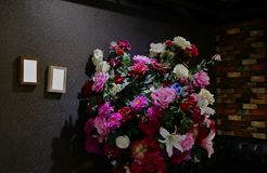 Duży bukiet sztuczni kwiaty, świętowania pojęcie obrazy royalty free