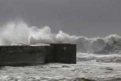 Duży burzowy falowy najeżdżania molo fotografia royalty free