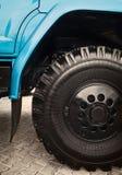 Duży ciężkiej ciężarówki koła zakończenie Zdjęcia Stock