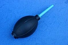 Duży czarny plastikowy bonkrety lying on the beach na błękitnym stole zdjęcie stock