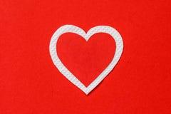 Duży czerwieni i bielu serca papier na czerwieni tapetuje tło Obraz Stock