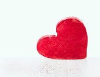 Duży czerwony serce na białym drewnianym stole na białym tle Zdjęcia Stock