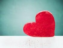 Duży czerwony serce na białym drewnianym stole nad błękitnym tłem Fotografia Royalty Free