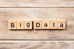 Duży dane słowo pisać na drewnianym bloku duży dane tekst na stole, pojęcie zdjęcie stock
