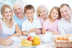 duży dzieci obiadowego łasowania rodzinna ojca matki pizza fotografia stock