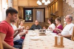 duży dzieci obiadowego łasowania rodzinna ojca matki pizza Zdjęcie Stock