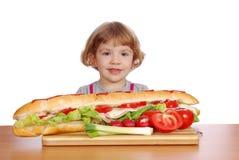 duży dziewczyny mała kanapka Zdjęcie Stock