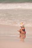 duży dziewczyny mały ocean obraz stock