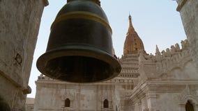 Duży dzwon w świątyni zbiory wideo