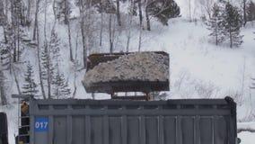 Duży ekskawatoru ` s wiadro ładuje skały dumper ciężarówka w łupu odkrywkowym przemysle wydobywczym, geologia godziny krajobrazu  zbiory wideo