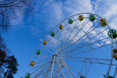 Duży Ferris koło przeciw niebieskiemu niebu z chmurami zdjęcie royalty free