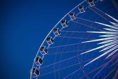 Duży Ferris koło z pięknym niebem przy nocą fotografia royalty free