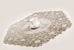 duży filiżanki koronkowy tablecloth Obraz Royalty Free