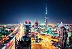 Duży futurystyczny miasto z światowymi wysokimi drapaczami chmur Powietrzna nighttime linia horyzontu Dubaj, UAE Zdjęcia Stock