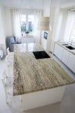 Duży granitic worktop w jaskrawej kuchni Obraz Royalty Free