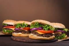 Duży hamburger z wołowiną Zdjęcia Stock
