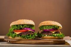 Duży hamburger z wołowiną Zdjęcie Royalty Free