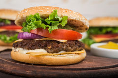 Duży hamburger z wołowiną Zdjęcie Stock
