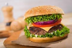 Duży hamburger z wołowiną Obrazy Royalty Free