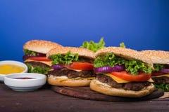Duży hamburger z wołowiną Fotografia Royalty Free