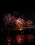 Duży i kolorowy fajerwerk wybucha w ciemnym niebie w świętowanie czasie zdjęcia stock
