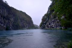 Duży jezioro wśród skał obrazy royalty free