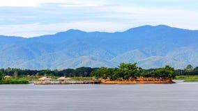 Duży jezioro w Phayao Tajlandia wymieniający Kwan Phayao, łowi gospodarstwo rolne obrazy royalty free