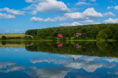 Duży jezioro z małą wioską Obrazy Stock