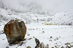 Duży kamień - definitywny ścieżka znak na Południowej Everest Podstawowego obozu wędrówce, Nepal Fotografia Stock