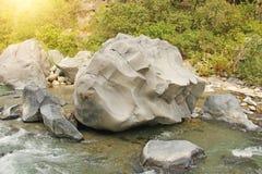 duży kamień Halna Błyskawiczna rzeka w Włochy Sicily wyspa, Włochy, Alcantara wąwóz fotografia royalty free