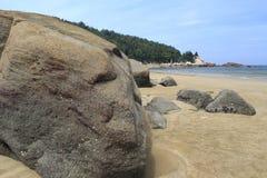Duży kamień na piaskowatej plaży obraz stock
