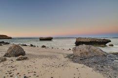 Duży kamień na plaży obrazy royalty free