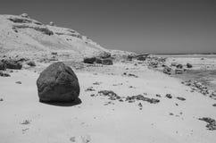 Duży kamień na plaży obrazy stock