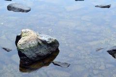 Duży kamień na spokojnej rzece Obraz Royalty Free
