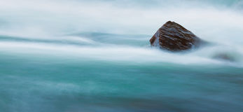 Duży kamień w bieżącej wodzie Fotografia Stock