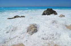 Duży kamień zakrywający morze pianą, Lefkada, Grecja obrazy stock